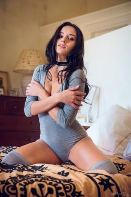 Стройная сучка устроила стриптиз возле шезлонга - порно фото